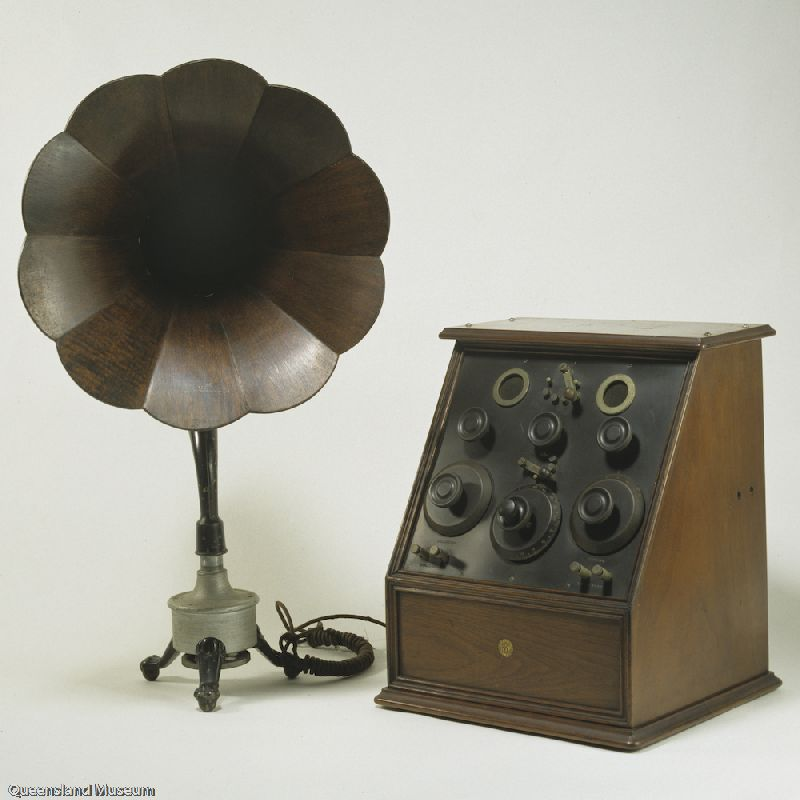 Early Valve Radio set and speaker
